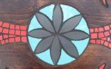"""""""stoliczku nakryj się"""" - mozaika artystyczna i drewno"""