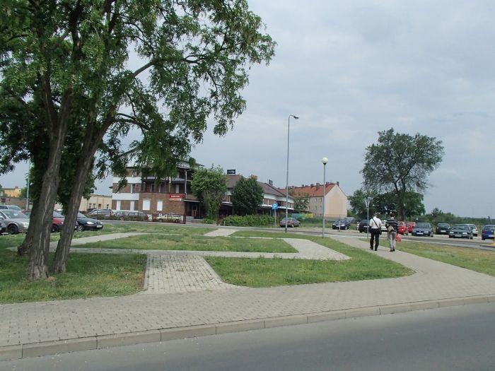 plac przy skrzyżowaniu ulic Orła Białego i Jana Pawła II w Kostrzynie nad Odrą