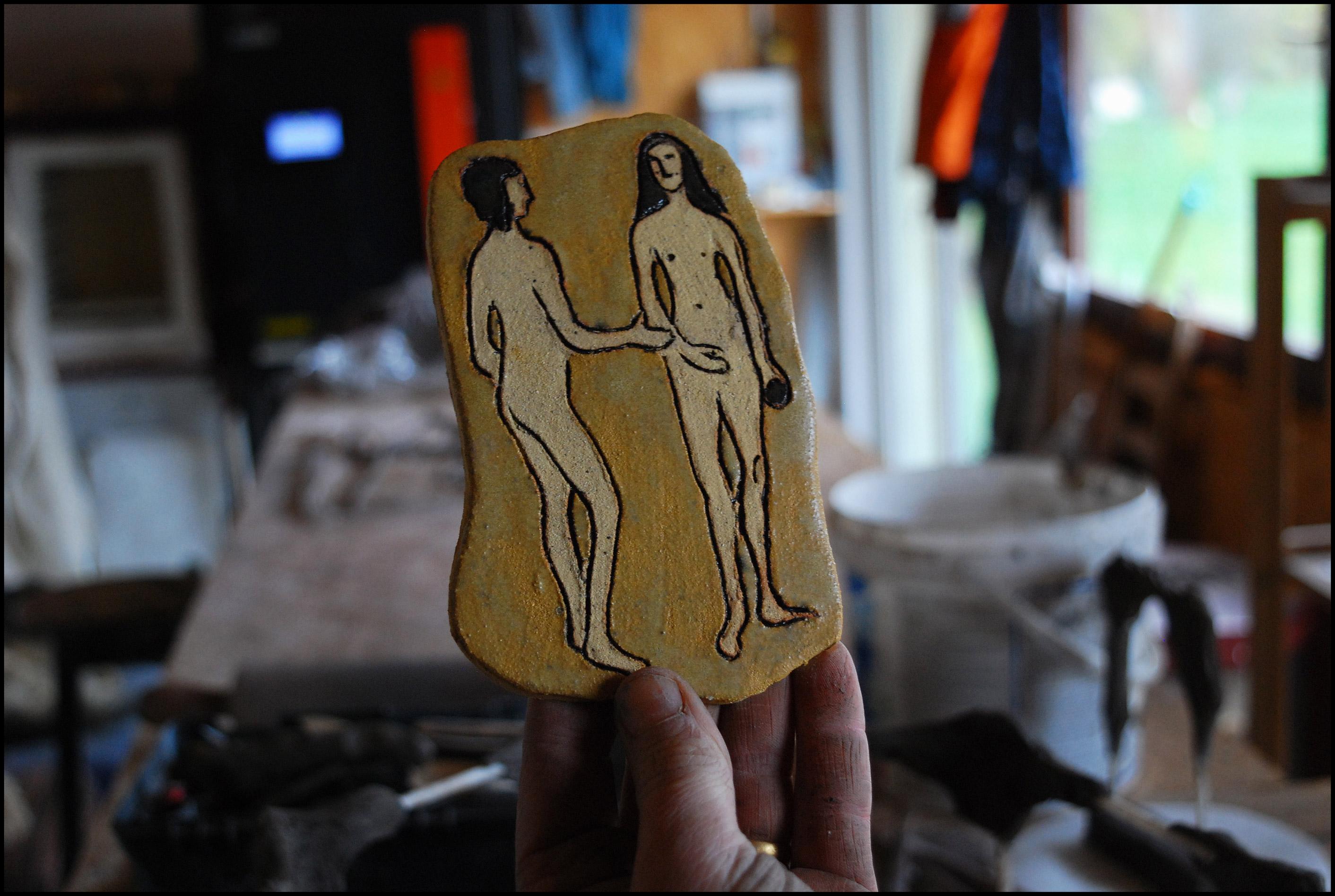 """element mozaiki ceramicznej z wierszem W. Szymborskiej """"Upamiętnienie"""""""