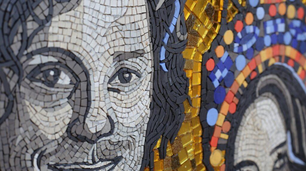 """""""Portret podwójny"""", zlecenie prywatne. Mozaika wykonana na bazie zdjęć Państwa Młodych, stylizowana na wizerunki cesarzowej Teodory i cesarza Justyniana ze raweńskich mozaik. Wymiary 68x87 cm Materiały użyte: mozaika matowa Briare od @MozaikadlaHobbystów  w ,mozaika złota od Mozaikon  i płytki Winckelmans sprowadzone przez Herbec  Group Wszystkie materiały najwyższej jakości.Bardzo polecam wszystkich dostawców:)"""